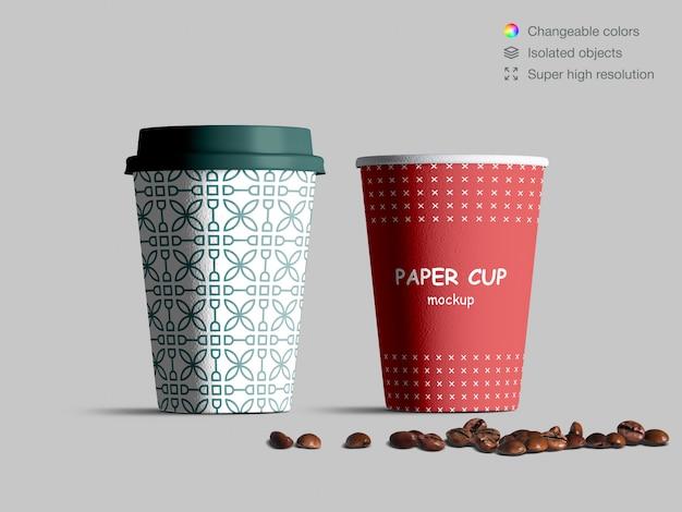 Realistico vista frontale tazze di carta mockup con chicchi di caffè