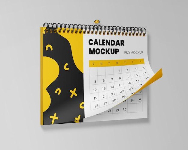 Mockup di calendario appeso realistico