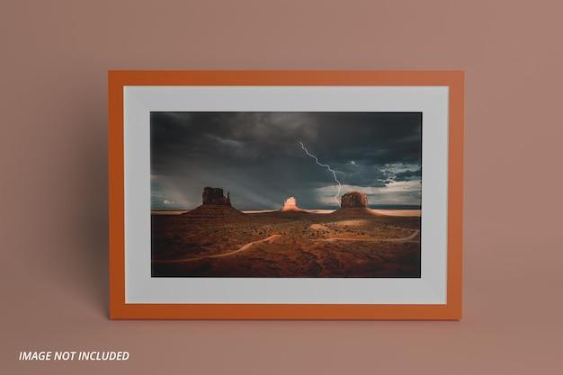 Modello realistico di cornice per foto di paesaggio sul muro psd premium