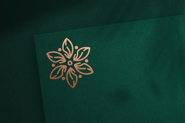 Modello di logo realistico su carta verde premium psd