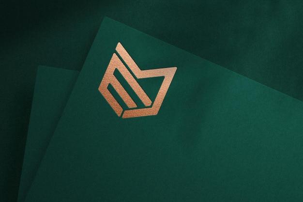 Mockup logo realistico su carta verde con effetto impresso