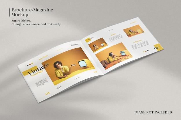 Modello di brochure o rivista aperto realistico