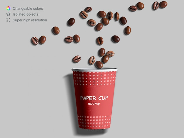 Modello realistico della tazza di carta di vista superiore con i chicchi di caffè