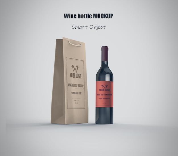 Mockup di bottiglia di vino realistico e sacchetto di carta
