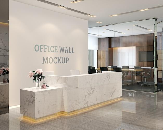 Lo spazio della reception ha un mockup a parete in stile semplice e moderno