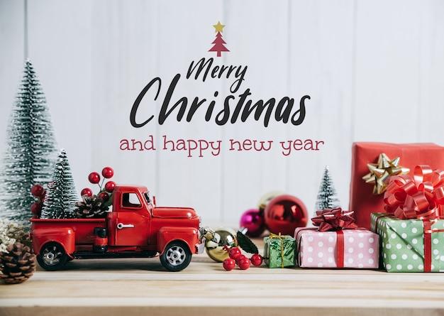 Camion rosso di natale con albero di pino e regalo buon natale e felice anno nuovo concetto