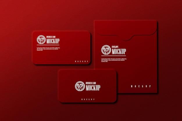 Biglietto da visita di colore rosso con busta mockup