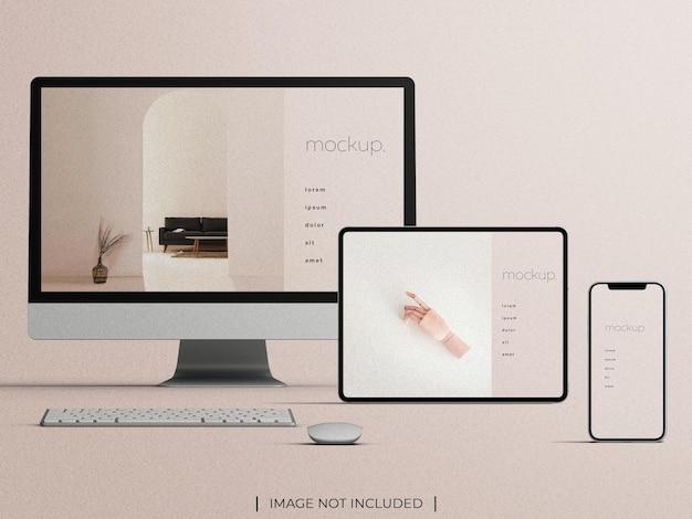 Vista frontale del modello di presentazione del sito web con schermo multi-dispositivo reattivo isolata