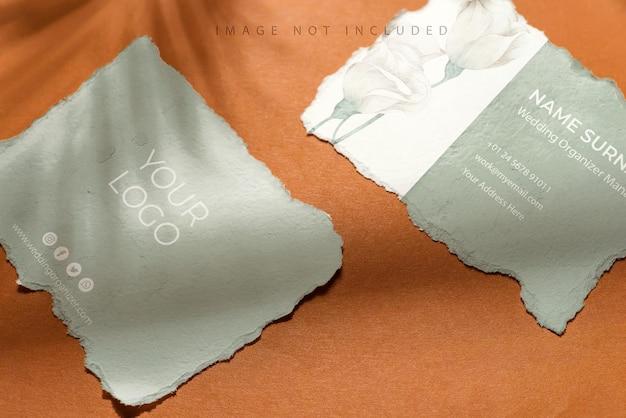 Nota di carta bianca strappata con ombra su colore marrone