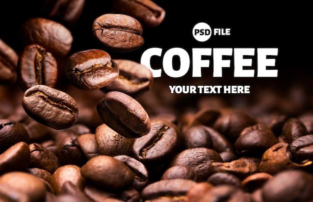 Chicchi di caffè che cadono arrostiti