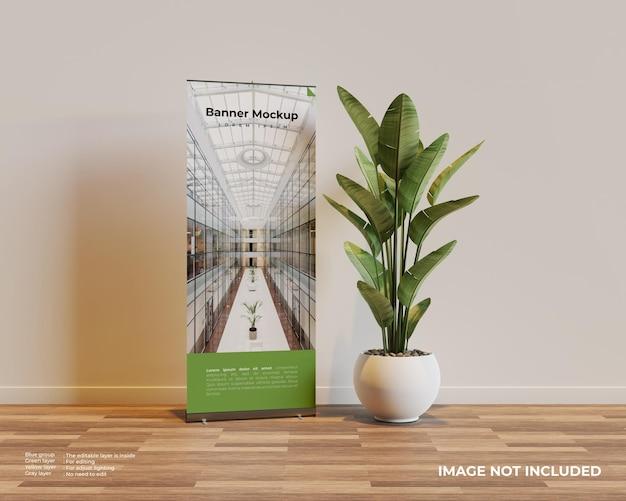 Arrotolare il modello di banner nella scena interna con una pianta accanto