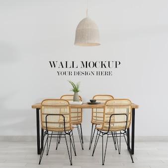 Mockup della parete della stanza con sedie e tavolo in vimini rattan