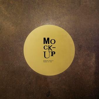Mockup di cartello giallo rotondo su sfondo marrone