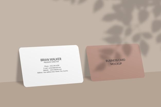 Mockup di biglietto da visita con angolo arrotondato con ombra foglia