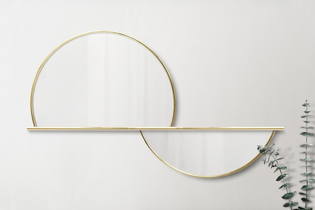 Specchio con cornice dorata a semicerchio sul modello di parete beige