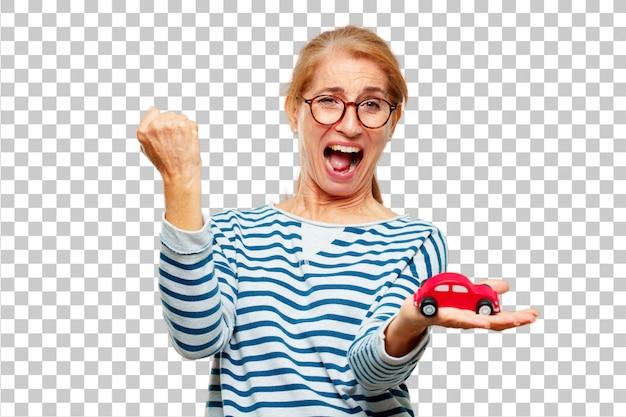 Senior bella donna con un modello di auto rossa