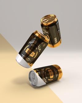 Set di tre lattine di birra su sfondo bianco immagine realistica di lattine dorate che cadono su una superficie liscia
