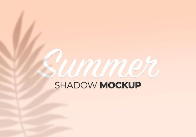 Mockup estivo con effetti di sovrapposizione di ombre con sfondo di foglie tropicali