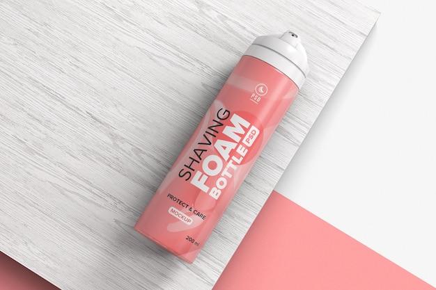 Bomboletta spray spray per schiuma da barba sul modello di superficie in legno