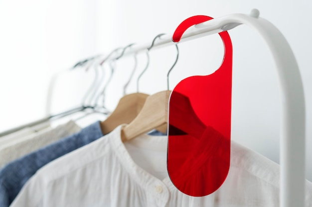 Camicia su un appendiabiti con un modello di etichetta rossa in uno studio