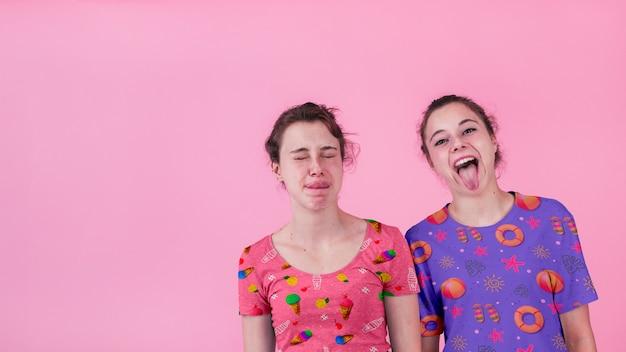 Mockup di camicia con ragazze giovani