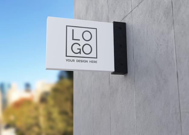 Mockup del logo del segno del negozio posizionato all'esterno