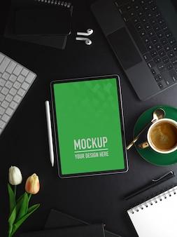 Vista laterale della scrivania da ufficio con mockup tablet