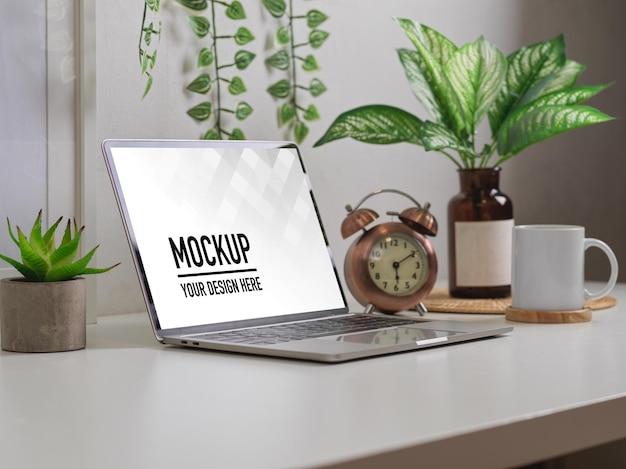 Vista laterale dell'area di lavoro con mockup di laptop