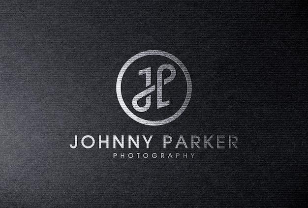 Mockup di logo in lamina d'argento su carta nera