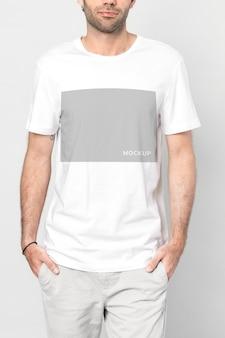 Uomo magro con un mockup di t-shirt bianca