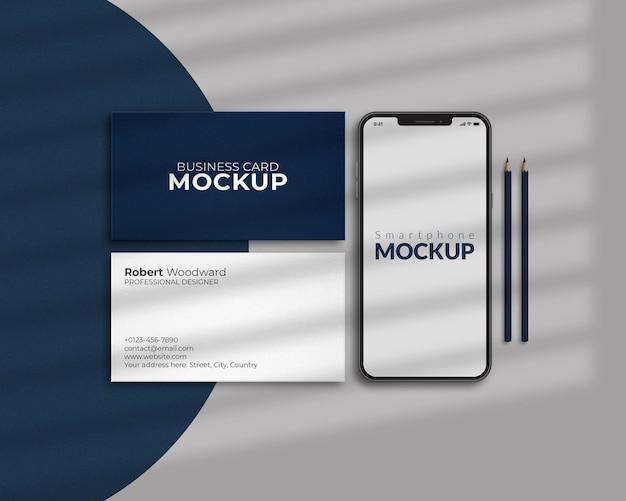 Smart phone con design mockup di biglietti da visita
