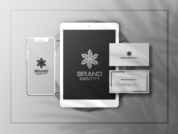 Mockup di smartphone o dispositivo multimediale con biglietto da visita