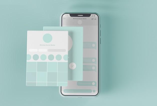 Smartphone con mockup dello schermo dei social media