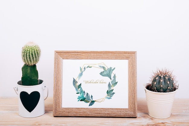 Mockup di primavera con cornice in legno e cactus