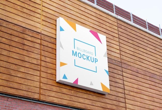 Modello quadrato del tabellone per le affissioni sulla facciata del centro commerciale