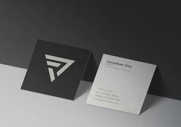 Mockup di biglietto da visita quadrato su sfondo nero con texture