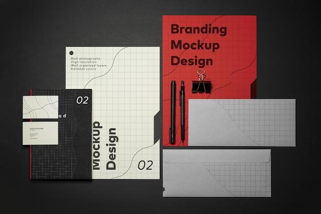 Modello di mockup di branding di cancelleria con matita per quaderno busta per biglietti da visita in carta intestata a4 rossa