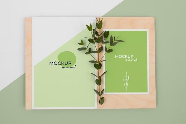 Mockup di cancelleria con foglie e legno