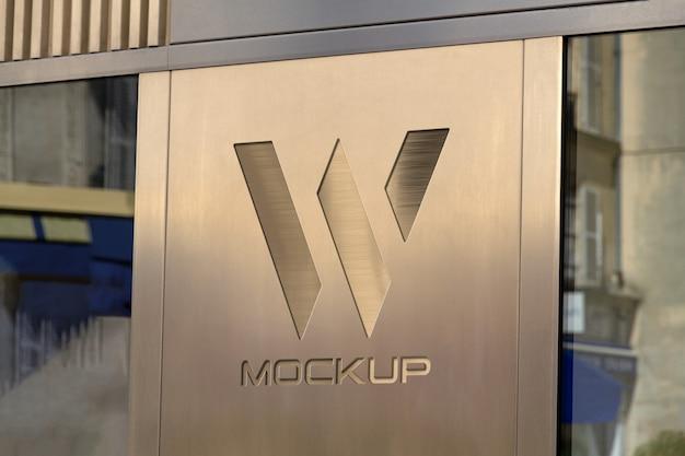 Logo della vetrina sulla piastra metallica mockup