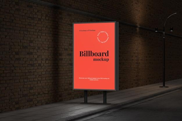 Mockup di tabellone per le affissioni verticale di pubblicità stradale