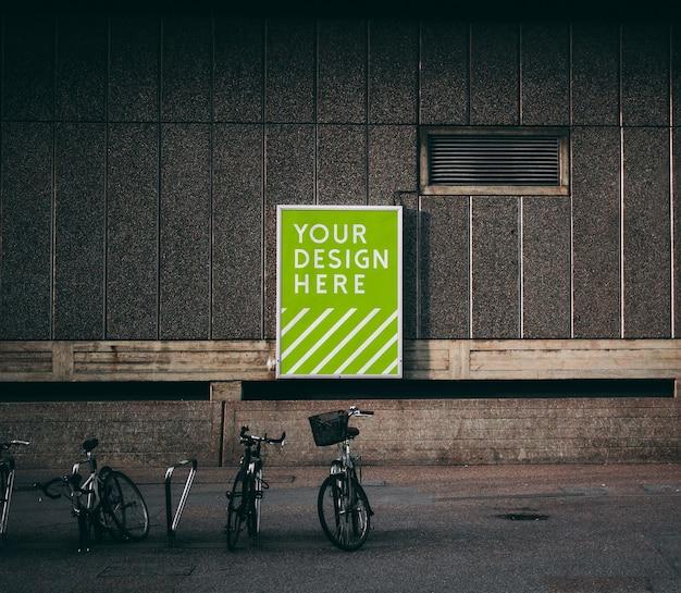 Mockup di poster di strada verticale sulla parete