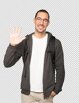 Studente che fa un gesto numero cinque