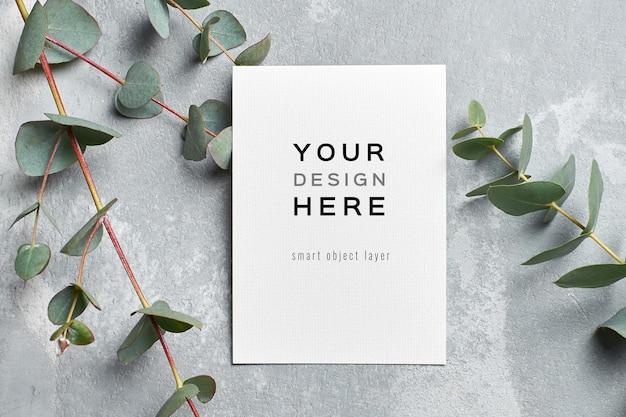 Elegante mockup di biglietto di auguri con ramoscello di eucalipto
