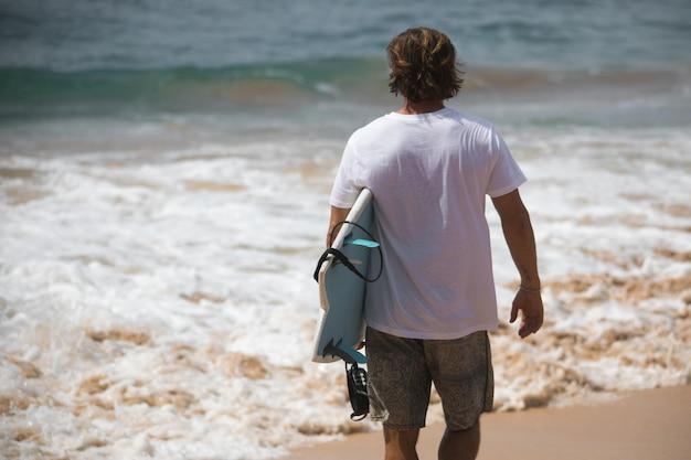 Summer beach e surfisti in maglietta mockup