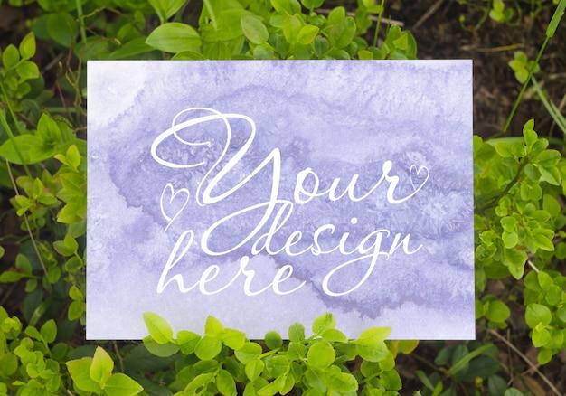Modello di branding vuoto bianco sullo sfondo della foresta