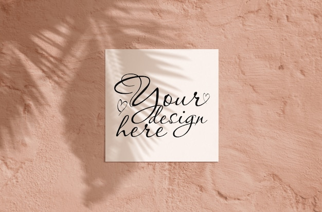 Modello moderno della cancelleria di luce solare di estate. cartolina d'auguri in bianco piana di vista superiore laica con la sovrapposizione dell'ombra di foglia di palma e rami