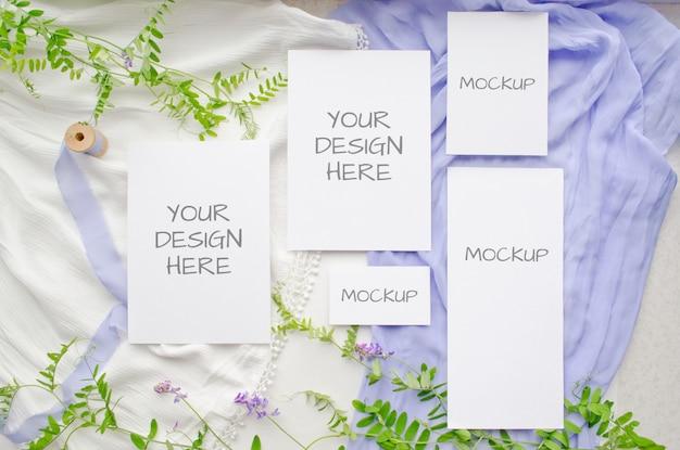 Il modello di nozze della cancelleria dell'estate ha messo le carte con i fiori viola e i nastri di seta delicati su bianco