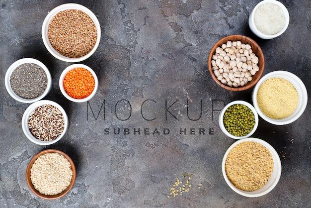 Selezione di supercibi e cereali in ciotole su cemento grigio