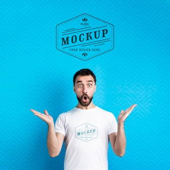 Mock-up di t-shirt che sembra sorpreso