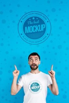 Mock-up di t-shirt e uomo che guarda in alto